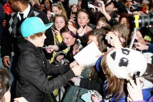 Bieber+fans+cause+mayhem+streets+London+eagerly+ytvBRcMM0gxl